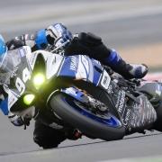 Liikkuva moottoripyörä kuvattu nopealla suljinajalla
